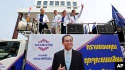 Dari kanan: Juru Bicara Partai Palang Pracharath Kobsak Phutrakul, Sekjen Sonthirat Sonthisajirawong dan pemimpin utama Savanayana di markas besar partai tersebut di Bangkok, Thailand, 27 Maret 2019.