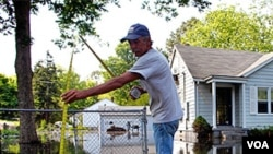Arthur Burton mide el nivel de la inundación en Memphis, Tennessee, a donde llegará el presidente Obama en la tarde de este lunes.