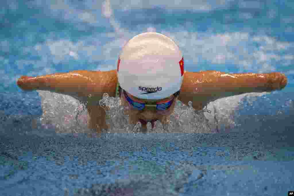 Daomin Liu competes at Women's 200m Individual Medley - SM6 Heat 1 at the Tokyo Aquatics Centre during the Tokyo 2020 Paralympic Games, Thursday, Aug. 26, 2021, in Tokyo, Japan. (AP Photo/Emilio Morenatti)