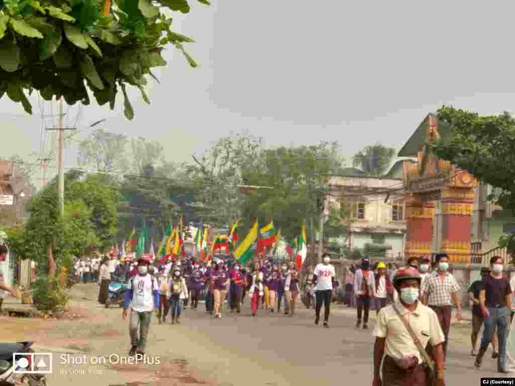 မတ်လ ၂၅ ရက်နေ့ တမူးမြို့နယ်ရဲ့ သပိတ်စစ်ကြောင်း မြင်ကွင်း။ (ဓာတ်ပုံ - CJ- မတ် ၂၅၊ ၂၀၂၁)