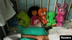 """Una niña yace en una cama en el Hospital Infantil """"J.M. de los Ríos"""" en Caracas, Venezuela, 22 de junio de 2017."""