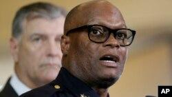 Cảnh sát trưởng thành phố Dallas David Brown (phía trước) trao đổi với giới truyền thông trong một cuộc họp báo ở Dallas.