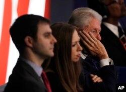 Eski Başkan Bill Clinton izleyicilerin arasında