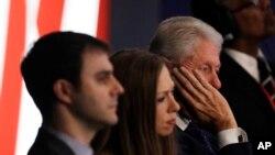 Билл Клинтон, Челси Клинтон и ее муж Марк Мезвински следят за дебатами