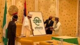 Le président nigérian Muhammadu Buhari a officiellement lancé la nouvelle version de la monnaie numérique à Abuja, le 25 octobre 2021. (VOA/Gilbert Tamba)