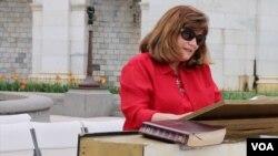 Woman reads Bible at the 27th U.S Capitol Bible Marathon, Washington, D.C., May 4, 2016. (Y. Chen/VOA)