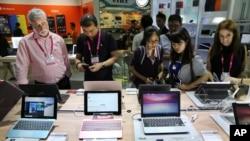 台北国际电脑展上的参观者观看华硕公司的新产品。(2015年6月2日)