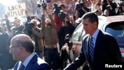 Cựu cố vấn an ninh quốc gia Hoa Kỳ Michael Flynn rời tòa án liên bang Hoa Kỳ ở Washington sau khi tuyên bố nhận tội khai man với FBI về những liên lạc của ông ta với đại sứ Nga, ngày 1 tháng 12, 2017.