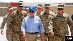 Роберт Гейтс на инспекции в восточном Афганистане.