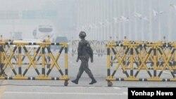 Một binh sĩ Nam Triều Tiên ở khu vực biên giới Nam-Bắc Triều Tiên (ảnh tư liệu 12/5/2013)