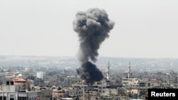 Asap hitam membumbung tinggi menyusul serangan udara Israel di kota Gaza (8/7).