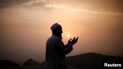 Muslim pilgrim prays atop Mount Thor ahead of the annual haj pilgrimage, holy city of Mecca, Oct. 11, 2013.