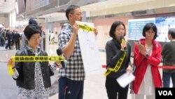 李明哲的妻子李净瑜首次获准前往中国探视丈夫后返台,在机场举行记者会。(美国之音张永泰拍摄 2018年3月28日)