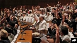 Nepalese lawmakers begin voting on a draft of the new constitution at the Constituent Assembly Hall in Kathmandu, Sept. 13, 2015.