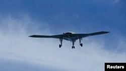 지난 5월 미국 항공모함 조지부시 호에서 무인공격기 X-47B가 이륙하고 있다. (자료사진)