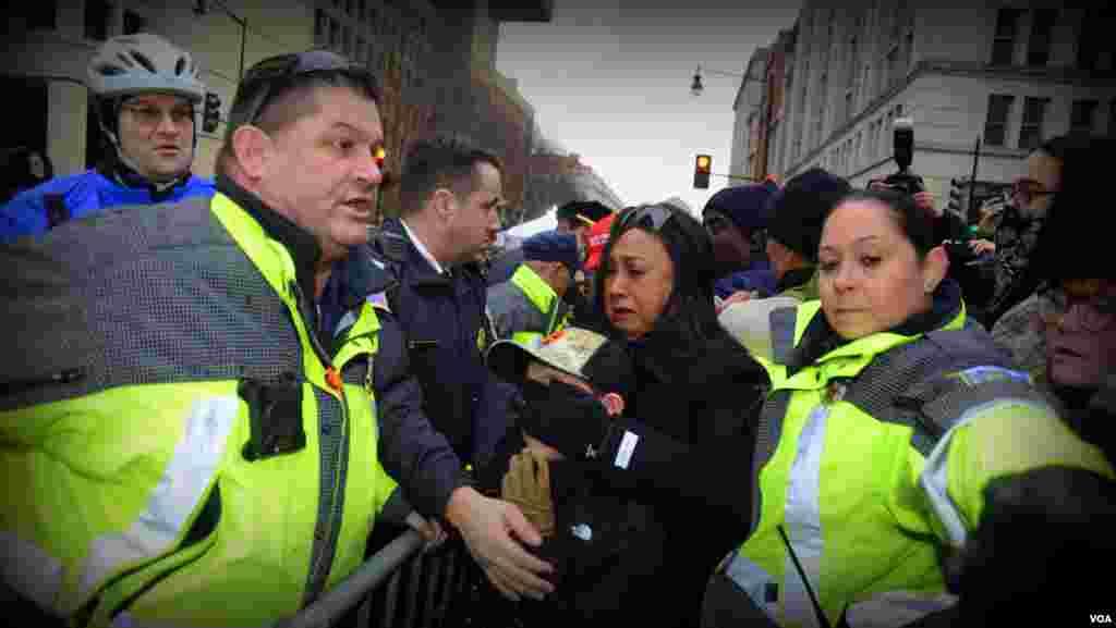 Полиция обеспечивает проход, пришедшим на инаугурацию