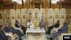 Presiden Sudan Omar Hassan al-Bashir (kanan) berbicara dengan para pemimpin Afrika lainnya dalam perundingan tingkat tinggi di Addis Ababa.