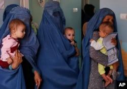 Ibu-ibu Afghanistan membawa putra-putri mereka yang menderita malnutrisi di sebuah klinik UNICEF di Jabal Saraj, utara Kabul (foto: dok).