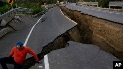 지난 19일 에콰도르 차크라스의 고속도로가 16일 발생한 7.8 규모 강진의 영향으로 갈라져 있다.