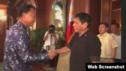 菲律宾总统杜特尔特2016年7月7日会见中国驻马尼拉大使赵鉴华(美联社视频截图)