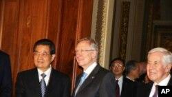 胡锦涛与里德参议员握手