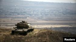 یک تانک اسرائیلی در ارتفاعات مشرف به استان قنیطره سوریه در بلندی های جولان - آرشیو
