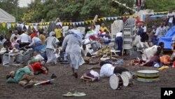 Warga Tanzania berusaha mencari perlindungan setelah ledakan bom di gereja Katolik St. Joseph Mfanyakazi di kota Arusha, Tanzania hari Minggu (5/5).