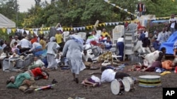 Warga berlarian setelah terjadi ledakan di gereja Katolik di kota Arusha, Tanzania (5/5).
