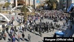 ایران میں تیل کی قیمتوں میں 50 فی صد اضافے کے خلاف کئی شہروں میں مظاہرے ہوئے اور تشدد کے واقعات دیکھنے میں آئے۔ 17 نومبر 2019