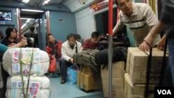 港鐵實施行李重量檢測後,水貨客仍可用手拉車攜大量貨品乘搭火車