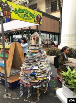 """Từ trên: thiếu diện tích mặt bằng, cả trên lòng đường cũng được tận dụng cho những Kiosk sách di động trên Đường Sách, với các bạn trẻ đứng ngồi tĩnh lặng say mê đọc sách, gợi lại hình ảnh thật đẹp của Sài Gòn trước 1975 với đường sách Lê Lợi, nhà sách Khai Trí thuở nào; phải: Quán Sách Mùa Thu với thêm dòng chữ """"về lại chốn thư hiên"""", nơi có thể tìm hoặc đặt mua những cuốn sách cũ """"tàn dư văn hoá Mỹ Nguỵ"""" nay trở thành quý hiếm. [photo by Ngô Thế Vinh]"""
