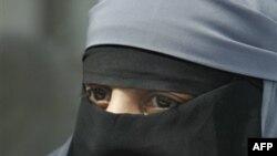 Suriye'de Kız Öğrencilerin Peçe Takması Yasaklandı