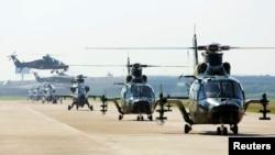 中国武直9军用直升机参加在天津滨海新区举办的国际直升机博览会。(2013年9月1日)