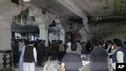 شیعہ مسجد پر خودکش حملے کے بعد عام لوگ اور سیکیورٹی فورسز امدادی کارروائیوں میں مصروف ہیں۔۔