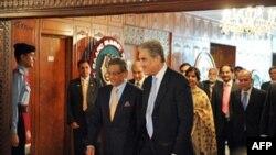 Ngoại trưởng Pakistan Shah Mehmood Qureshi (phải) đón tiếp Ngoại trưởng Ấn Ðộ S.M. Krishna