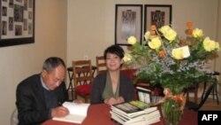 Nhà thơ Du Tử Lê ký tặng sách