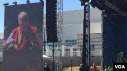 達賴喇嘛6月16日在加州大學聖迭戈分校發表公開演說。(美國之音記者李逸華攝)
