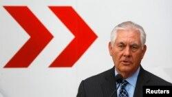 렉스 틸러슨 미국 국무장관이 7일 오스트리아 빈에서 개막한 유럽안보협력기구 각료회의에서 기자회견을 하고 있다.