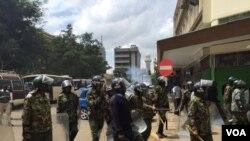 2016年5月23日,内罗毕的防暴警察用催泪弹驱散小股的抗议者。