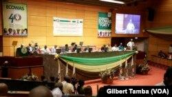 Table des officielle à la cérémonie d'ouverture de la conférence de la Communauté économique des Etats d'Afrique de l'Ouest (Cédéao) à Abuja, Nigeria, 26 avril 2018. (VOA/Gilbert Tamba)