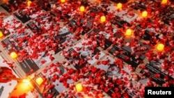 Flores yacen cerca de fotos de manifestantes que murieron durante una protesta contra el golpe militar en Myanmar, frente al edificio de la ASEAN en Yakarta, Indonesia, el 12 de marzo 2021.