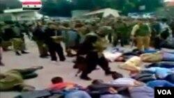 Imagen tomada de un video amateur que muestra a los soldados amenazando a civiles maniatados.