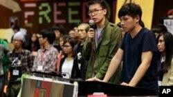 反服贸抗议学生领袖林飞帆(左)和陈为廷在被占领的台湾立法院举行记者会(2014年4月7日)