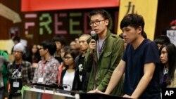 反服贸抗议学生领袖林飞帆(左)和陈为廷在被占领的台湾立法院举行记者会。(2014年4月7日)
