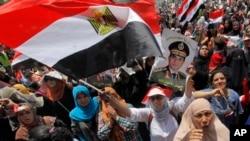 Penentang mantan presiden Mohammed Morsi dalam demonstrasi di Alun-Alun Tahrir, Kairo, Jumat (5/7). (AP/Amr Nabil)