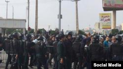 ماموران یگان ویژه پلیس در تجمعات اعتراضی روز دوشنبه کارگران فولاد اهواز حضور گسترده داشتند.