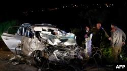 اسرائیلی سکیورٹی حکام حملے میں استعمال ہونے والی گاڑی کا جائزہ لے رہے ہیں۔