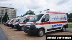 Šest novih ambulantnih vozila koje je ambasador SAD Entoni Godfri uručio je u ministru zdravlja Srbije Zlatiboru Lončaru, namenjenih zdravstvenim ustanovama u Srbiji, u Beogradu, 14. juna 2021. (Foto: Ambasada SAD u Srbiji)