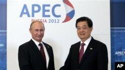 8일 러시아 블라디보스토크에서 개막된 APEC 정상회의에 참석해 악수를 나누는 푸틴(좌측) 러시아 대통령과 후진타오 중국 국가 주석