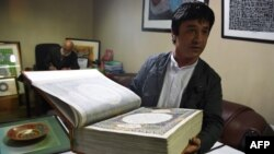 عبدالصبور عمری نیز یکی از هنرمندان دست اندر کار ساختن و نوشتن این نسخۀ قرآن است